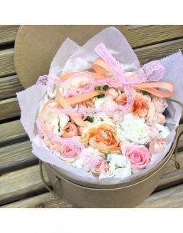 Gentle peonies in a round decorative box | Flowers to girlfriend flowers
